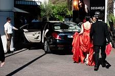 Woman in red dress getting out of the Grant Hyatt Hotel Cannes Martinez to go to the opening of the Cannes film festival 2017. Femme en robe de soirée rouge sortant du Grant Hyatt Hotel Cannes Martinez pour se rendre à la cérémonie d'ouverture du Festival de Cannes 2017.