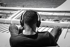 Guy listening to music on the Croisette; Cannes Film Festival. Jeune homme écoutant de la musique avec casque audio sur la Croisette, Festival de Cannes 2017.