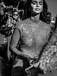Sarah Romao, fashionista walking to the Palais des Congrès, Croisette; Cannes Film Festival 2017. Sarah Romao, fashionista, marchant vers le Palais des Congrès, Croisette, Festival de Cannes 2017.
