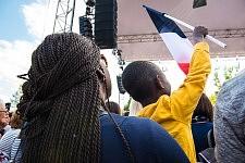 Mother and son holding french flag during Jean-Luc Mélenchon's meeting in Toulouse, April 16th, 2017.Mère et fils tenant un drapeau français pendant le meeting de Jean-Luc Mélenchon à Toulouse, 16 avril 2017.