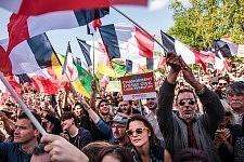 Crowd of supporters and activits of Jean-Luc Mélenchon, during his meeting in Toulouse, April 16th, 2017.. La foule de sympathisant et militants de Jean-Luc Mélenchon, pendant son meeting à Toulouse, le 16 avril 2017.