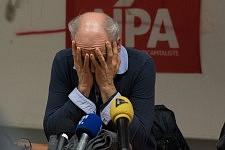 Philippe Poutou holding his face  in a political meeting at Université du Mirail, Toulouse, Feb. 24, 2017.Philippe Poutou se tenant le visage dans les mains dans un meeting politique à l'université du Mirail, TOulouse, le 24 février 2017.