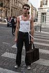 Jeune homme se rendant au défilé de Walter van Beirendonk, à Paris, pendant la mode homme, le 21 juin 2017.