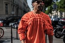Mickael Carpin wearing a Henrik Birskov outfit in a street of Paris during Men's fashion week, June 21, 2017. Mickael Carpin portant une tenue Henrik Birskov dans les rues de Paris, le 21 juin 2017, pendant la semaine de la mode Homme.