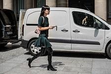 Kozue Akimoto, japanese fashion model running to the Vuitton runway show at Jardins du Palais Royal, during the Men's fashion week, June 22, 2017. Kozue Akimoto, mannequin japonais, courant au défilé Vuitton pendant la semaine de la Mode Homme, le 22 juin 2017.