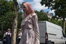 Pink hair blogger during the Men's fashion week outside Palais de Tokyo, June 23, 2017. Blogueuse mode aux cheveux rose devant le Palais de Tokyo, pendant la semaine de la mode Homme, Paris le 23 juin 2017.