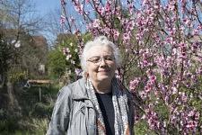 In the garden of Mireille Becchio, former doctor and activist in the association Cent pour Un Toit for the refugees.  Dans le jardin de Mireille Becchio, médecin à la retraite et membre actif de l'association Cent pour Un Toit pour l'accueil des migrants.