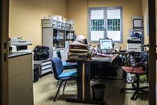Mireille in the office of Secours Populaire is completing her association work done. Mireille, dans un bureau du Secours Populaire finit de préparer les papiers au nom de l'association association Cent Pour un Toit.