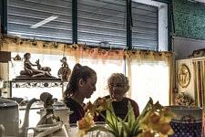 Mireille Becchio is helping Joana whose family has been expelled to RomaniaMireille Becchio aide Joana dont la famille a été expulsée de France en Roumanie.