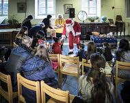 Distribution of the  Christmas gifts to the children of the migrant families. Distribution des cadeaux de Noël aux enfants des familles de migrants.