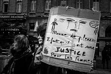 Féminists signs held by feminist activists. Pancartes féministes tenues par des militantes.