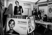 Inside the tent of the international day for the fight against the violence towards women, infomation and words of women. A l'intérieur de la tente de la journée internationale du combat contre les violence faites aux femmes, panneaux d'informations et de témoignages par et pour les femmes.