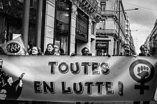 Feminist signs held by women as strong words to make the society change. Des pancartes féministes portées par des femmes pour que les mots fassent changer la société.