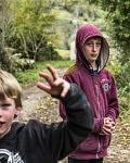 Les deux frères suivent les chemins empruntés par leurs parents avec l'inscousciance des enfants de leur âge.