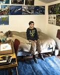 Sonam dans sa chambre couverte de posters du monde vivant, février 2020