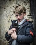 Le plus jeune fils de Lucie et Sébastien avec un chaton trouvé tout juste recueilli, octobre 2020
