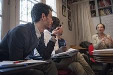 The speaker Caroline Eliacheff at the civilization and culture class talking to the refugees about Wedding and Pacs. L'intervenante Caroline Eliacheff parlant aux réfugiés sur le sujet du mariage et du pacs.