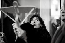 Anne Hidalgo visant à l'arbalette, au CentQuatre, Paris janvier 2013.
