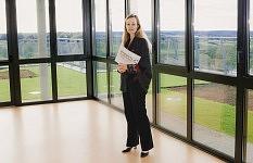 Nathalie Escure, directrice de l'Ehpad Les Jardins de Saint-Illide, dans la salle commune de l'unité Alzheimer.