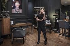 Portrait of Christophe Versolato, Hairstylist in Toulouse.Portrait de Christophe Versolato, artisan coiffeur à Toulouse.