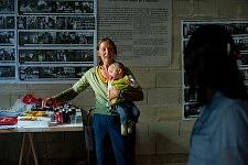 Femme Rom et son bébé pendant la Journée sur l'exclusion des Roms et contre le racisme d'état à la Maison de l'Arbre à Montreuil, septembre 2010.