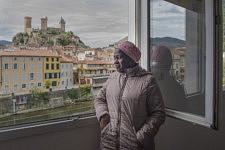 Dalanda who has obtained her refugee status, has the obligation to attend french courses, supported by the State in an organism called INSTEP, in Foix, three days a week. Dalanda, qui a obtenu son statut de réfugié, est dans l'obligation de suivre des cours de français, payés par l'état et donnés par l'INSTEP à Foix, trois jours par semaine.