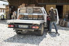 Dalanda and Benoit are loading his vehicle to go the beehives. Daland and Benoit chargent le véhicule pour aller aux ruches.