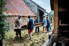 Marc Chambon and other men working to lauch the beating with the old combine harvester in front of his barn, Saint-Martin Cantalès, 2012. Marc Chambon et des hommes préparant la batteuse devant sa grange, Saint-Martin Cantalès, 2012