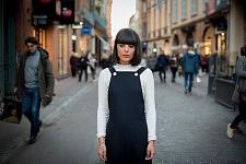 Young woman named Jade, standing still in a street of Toulouse, december 2016. Jeune femme prénommée Jade, immobile dans une rue de Toulouse, décembre 2016.