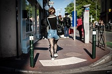 Girl seen from the back wearing stars tighs and shorts in jean walking in Saint-Cyprien neighborhood, Toulouse, April 2017. Jeune fille vue de dos  portant des collants à étoiles et un short en jean marchant dans une rue du quartier Saint-Cyprien à Toulouse, Avril 2017.