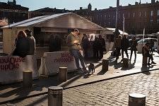 Man looking at his cellphone near a crepes booth, Place du Capitole, Toulouse, Février 2017. Homme regardant son téléphone près d'un stand à crèpes sur la Place du Capitole, Toulouse, Février 2017.