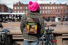 Rasta man with pink hat and handmade backpack, Place du Capitol, February 2017. Rasta en bonnet rose de dos avec un sac à dos fait main, Place du Capitole, Toulouse 2017.