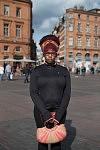 Océane wearing turban an holding a little basket bag posing on Place du Capitole a sunny day, Toulouse, March 2017. Océane enturbannée et son petit panier posant sur la Place du Capitole un jour de beau temps, Toulouse, Mars 2017.
