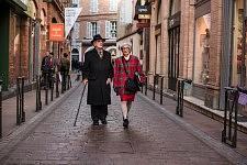 French elegant old school couple walking in Toulouse, March 2017. Elagant couple old school marchant dans une rue de Toulouse, Mars 2017.