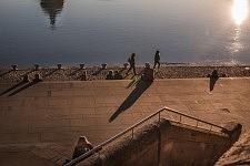 Seen from above, the promenade of the Garonne with people having a good time, La Daurade, Toulouse, February 2017.Vus d'en haut les quais amménagés de la Garonne avec des gens qui prennent du bon temps, La Daurade, Toulouse, Février 2017.