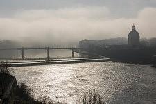 View of the Garonne and Pont Saint-Pierre, foggy morning, march 2017. Vue de la Garonne et du Pont Saint-Pierre, matin brumeux de mars 2017.