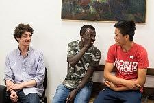 Deux participants et un bénévole pendant l'atelier de conversation en français chez JRS à Paris, juillet 2017.