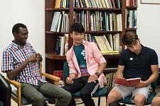 Trois participants de différentes nationalités pendant l'atelier de conversation en français chez JRS à Paris, juillet 2017.