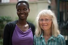 Une jeune femme arrivée en France depuis quelques mois et un membre bénévole de l'association JRS qui l'a accueillie chez elle, pendant l'atelier de conversation de langue en français chez JRS, juillet 2017.