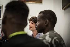 Deux frères et un bénévole pendant l'atelier de conversation en français chez JRS à Paris, juillet 2017.
