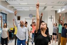Cours de danse contemporaine à l'association JRS, ouvert à tous les participants demandeurs d'asile et aux bénévoles, Paris, Juillet 2017.